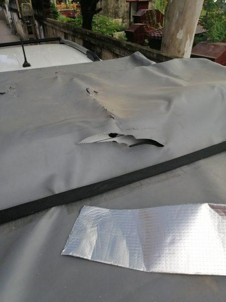 Xử lý bạt ô tô rách bằng băng dính chống thấm nhanh