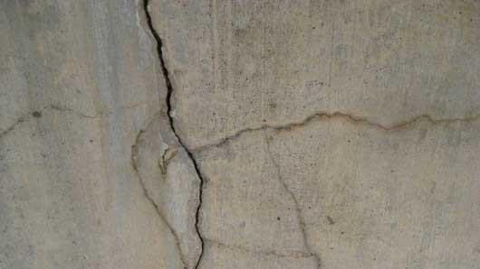 Có nên lót bạt cho bể bê tông bị nứt thấm nước?